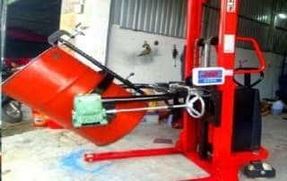 Xe nâng quay đổ phuy điện gắn cân