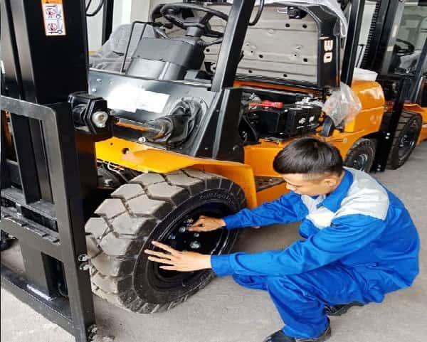 Dịch vụ lắp bánh xe nâng tận nơi HCM, Bình dương, Long An