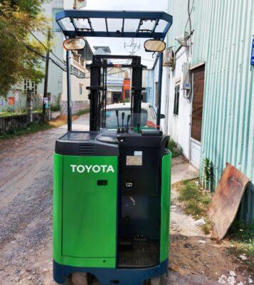 Xe nâng đứng lái Toyota 900kg