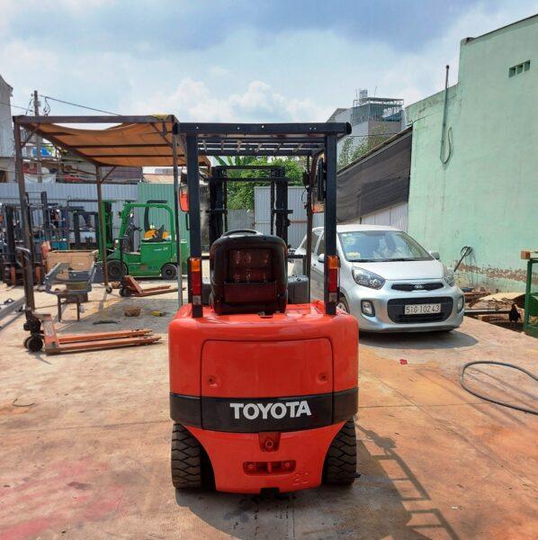 Xe nâng 1 tấn cũ chạy điện Toyota ngồi lái